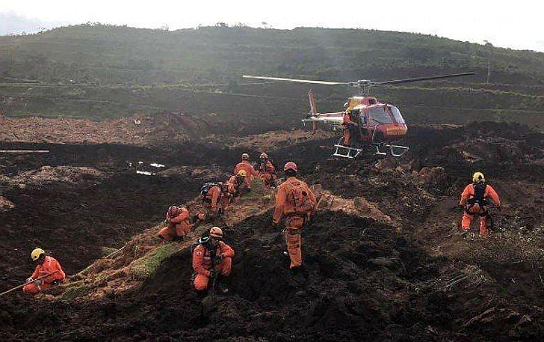 Homens do Corpo de Bombeiros trabalham no Córrego do Feijão, em Brumadinho