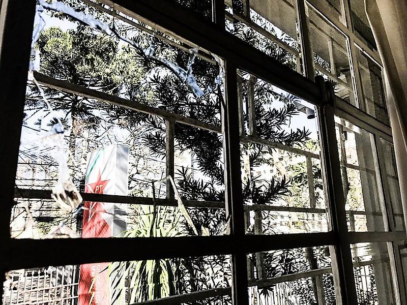 Um dos artefatos quebrou a janela e atingiu uma das salas, mas não provocou maiores danos