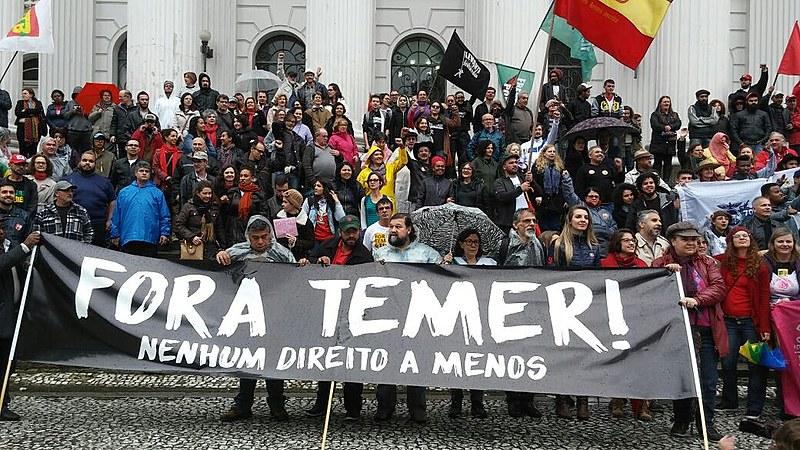 """Concentração iniciou na Praça Santos Andrade e seguiu até a Câmara Municipal, onde servidores municipais acampam contra """"pacote de maldades"""""""