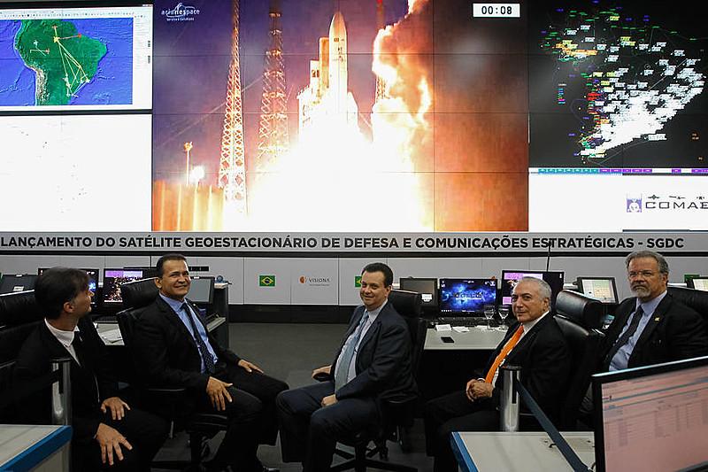O presidente golpista Michel Temer assistiu à transmissão do lançamento do foguete com os ministros Defesa e do MCTIC
