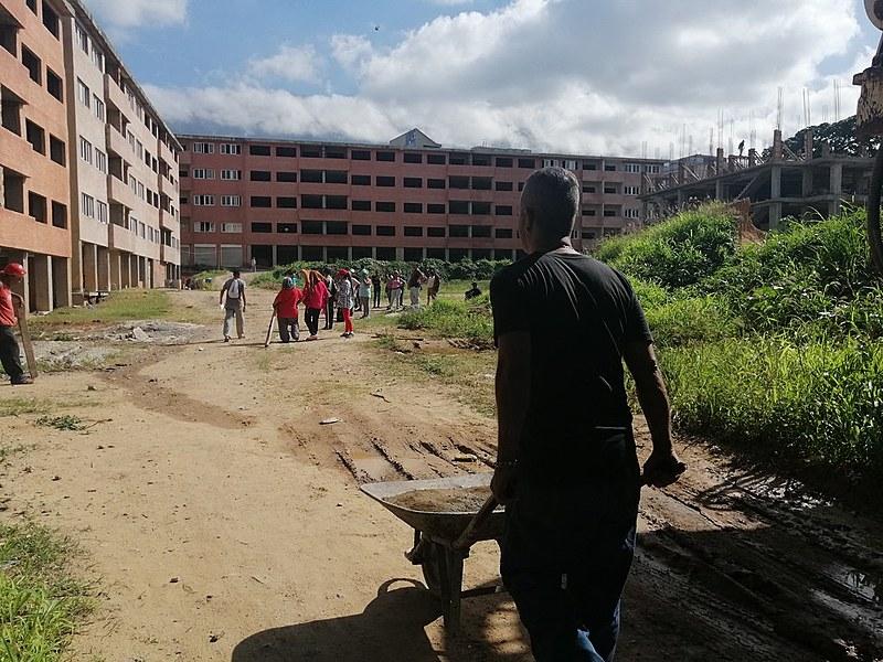 Conjunto habitacional Acampamento de Pioneiros em Caracas é composto de 12 edifícios e 227 apartamentos, em bairro nobre da grande Caracas