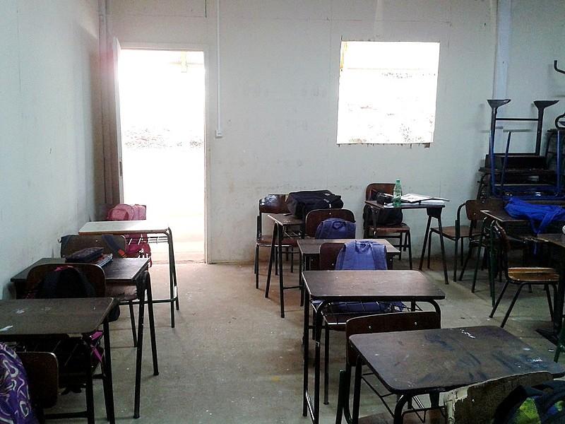 A Escola Estadual Prof. José Gomes do Amaral, localizada em Ponta Grossa, é um dos locais que enfrentam péssimas condições de ensino e aprendizagem devido ao desvio de recursos públicos