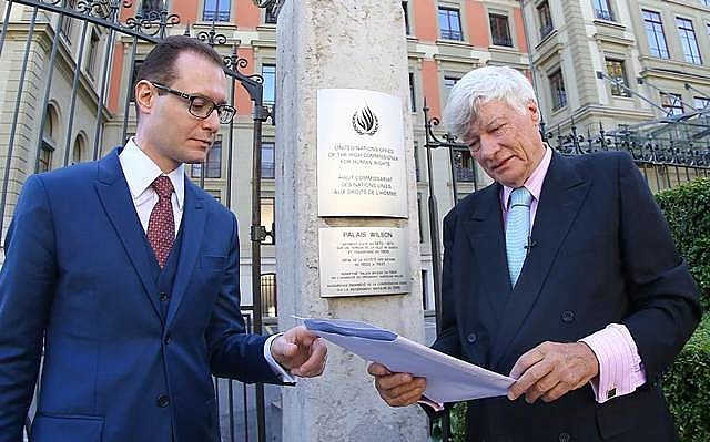 Cristiano Zanin (esq.) e Geoffrey Robertson (dir.) em frente ao Comitê da ONU, em Genebra