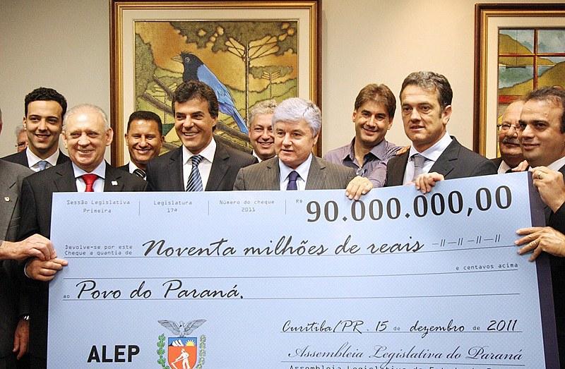 Beto Richa recebe cheque simbólico de devolução de valores da Alep para o governo paranaense