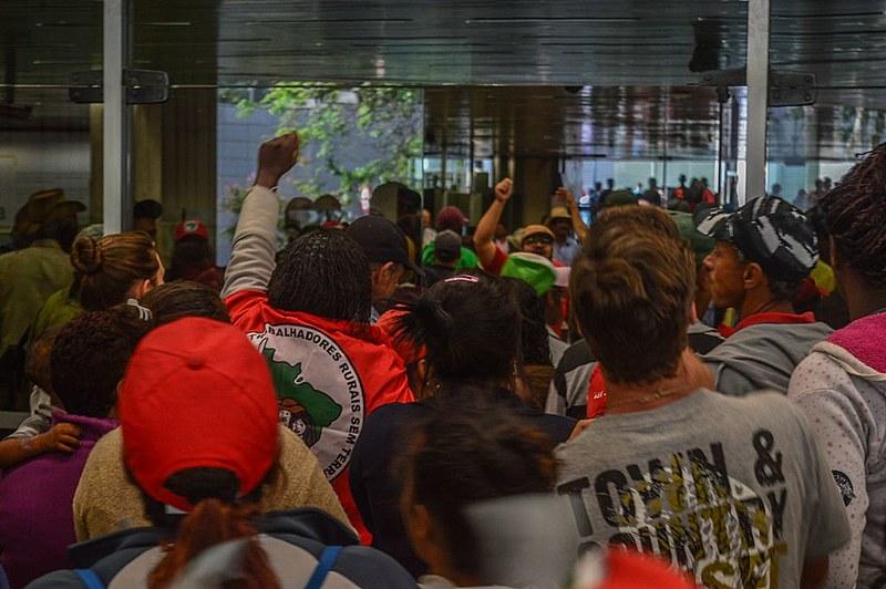 Integrantes do MST ocupam sede da Cemig em Belo Horizonte
