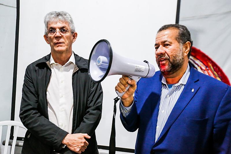 Ricardo Coutinho (esq.) e Carlos Lupi (dir.) na Vigília Lula Livre, em Curitiba (PR)