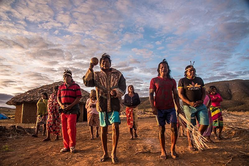 Cada dia, o ritmo da aldeia segue as tradições e costumes de uma das etnias.