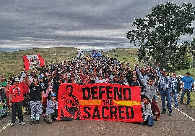 Manifestantes marcham em direção a canteiro de obras do oleoduto na Dakota do Norte, nos EUA
