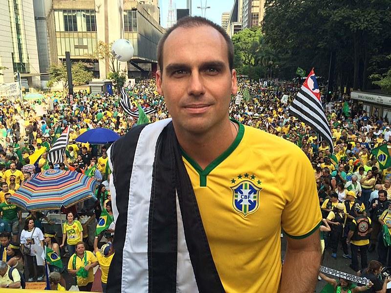 Eduardo Bolsonaro ecoa a postura belicista do pai, Jair Bolsonaro, e ameaça a Venezuela em ato na Avenida Paulista