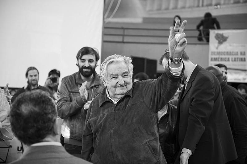 """""""Fomos transformados em uma máquina de consumismo. A acumulação capitalista necessita que compremos, compremos e gastemos e gastemos. Vendem mentiras até que te tiram o último dinheiro. Essa é a nossa cultura e a única saída é a contracultura"""", afirmou o ex-presidente do Uruguai"""