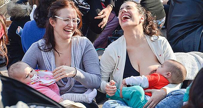 Em diversos locais públicos da Argetina, mulheres se mobilizaram pelo direito de amamentar