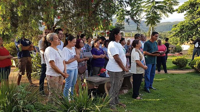 Familiares se dividem entre dor e indignação na missa em homenagem aos mortos no Córrego do Feijão