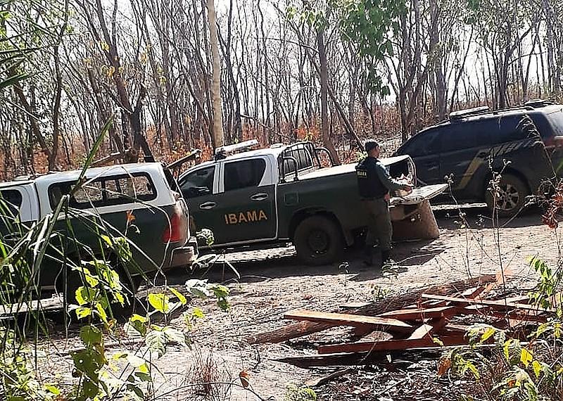 Fiscais do Ibama e agentes da PF em operação na Terra indígena Areões, no Mato Grosso