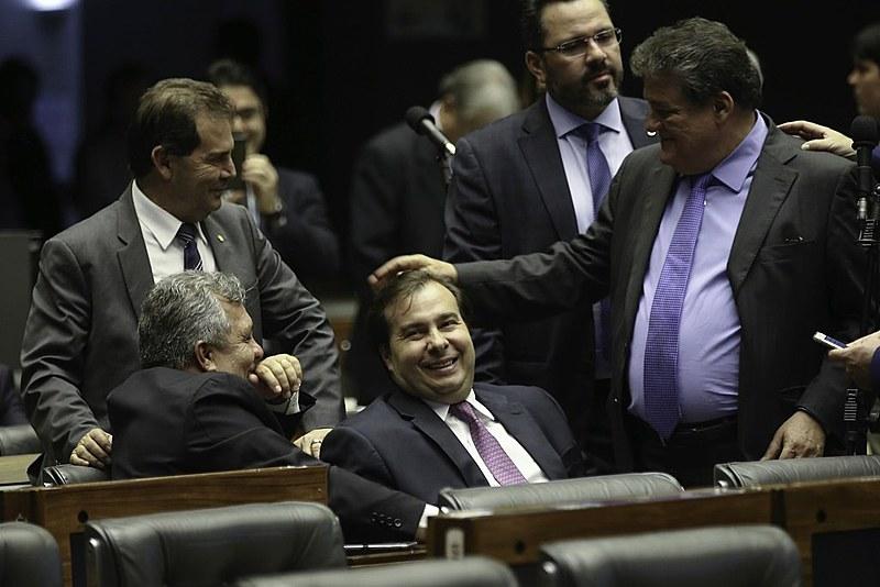 Presidente da Câmara, Rodrigo Maia, conversa com os colegas Silvio Costa, Alberto Fraga e Paulinho da Força no plenário da Casa