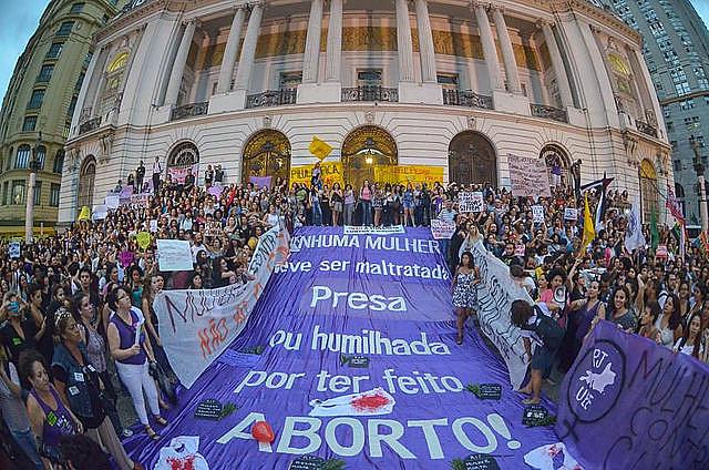 En el centro de Rio de Janeiro, mujeres protestan por la legalización del aborto