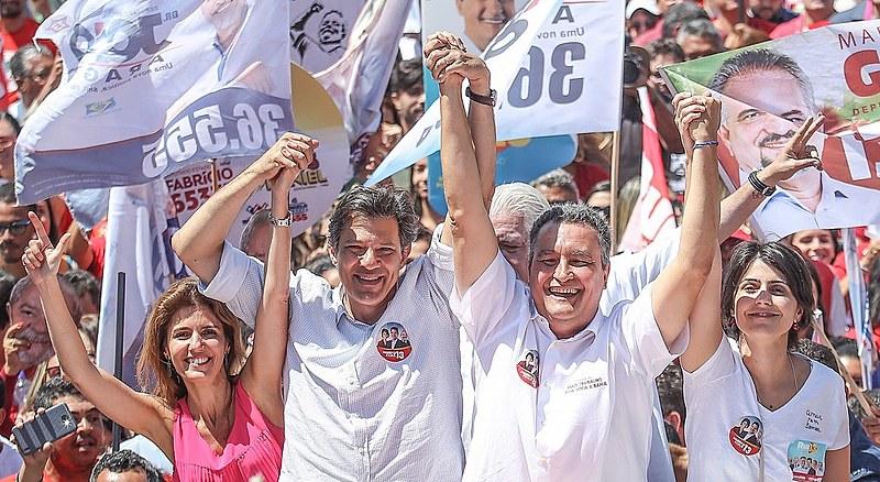 Milhares de pessoas caminharam com Haddad e Manuela pelas ruas de Vitória da Conquista, na Bahia.