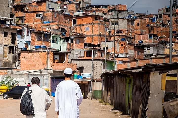 Jovem muçulmano caminha na entrada da favelaCultura Física, em Embu das Artes (SP)