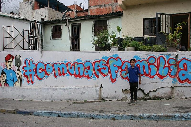 Há uma tentativa de fomentar as comunas e os territórios de organização popular
