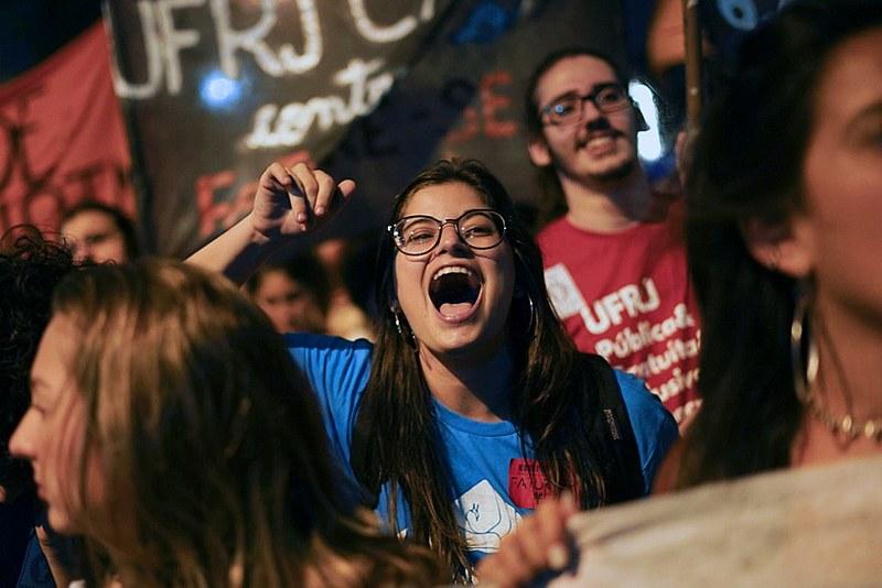 No Centro do Rio, estudantes e trabalhadores saem às ruas para manifestar descontentamento com políticas de Bolsonaro