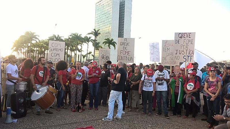 Manifestantes reunidos durante protesto em frente ao STF, em Brasília, nesta terça (21)