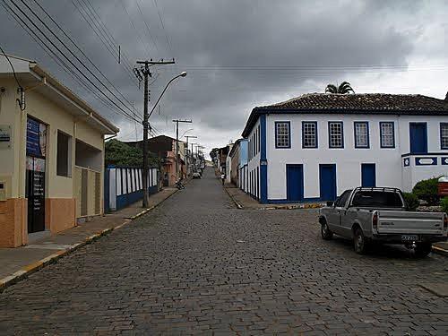 As ruas de Nova Resende (MG), por onde desfilou Pedrinho Pedreiro e seu terno branco