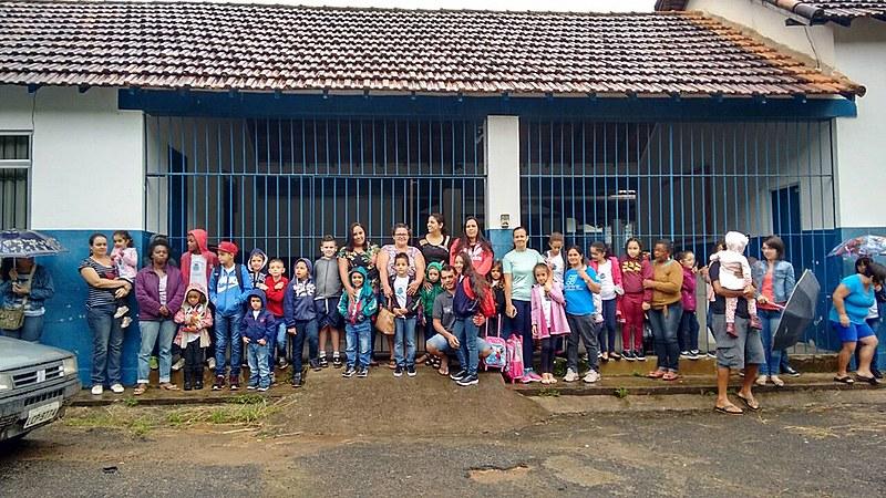 Mobilização de pais, alunos e educadores em frente a Escola Municipal Maria Euquépia