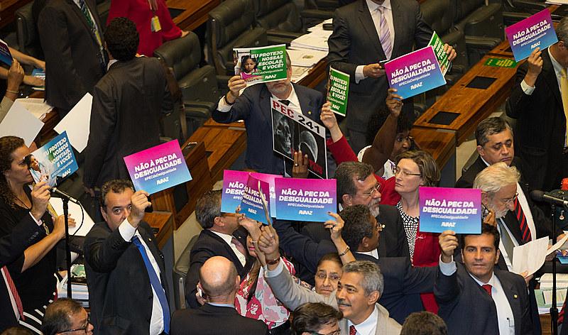 A Câmara dos Deputados aprovou no dia 25 de outubro, em segundo turno, a Proposta de Emenda à Constituição 241, que congela os gastos públicos por 20 anos