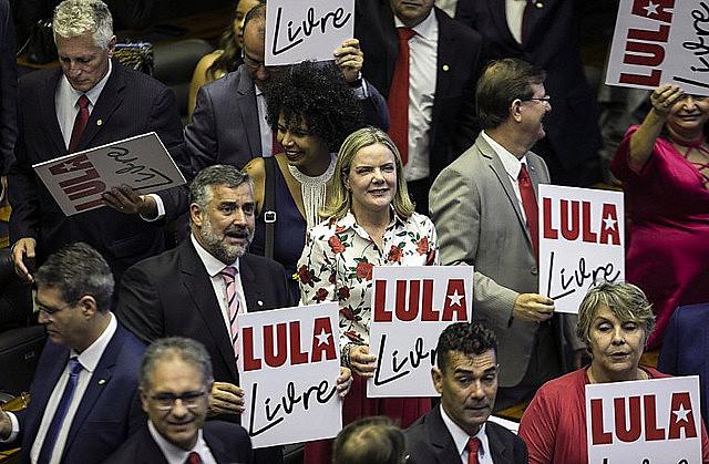 """Manifestación durante posesión de parlamentarios. Pimenta y Hoffmann (al centro) rechazaron nueva condena """"basada únicamente en delaciones"""""""