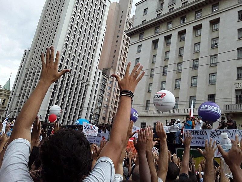 Servidores marcaram novo protesto para terça-feira (26), em frente à Prefeitura