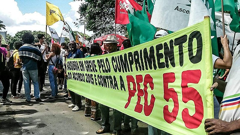 Movimento pela educação em protesto em frente à sede do MEC, em Brasília (DF)