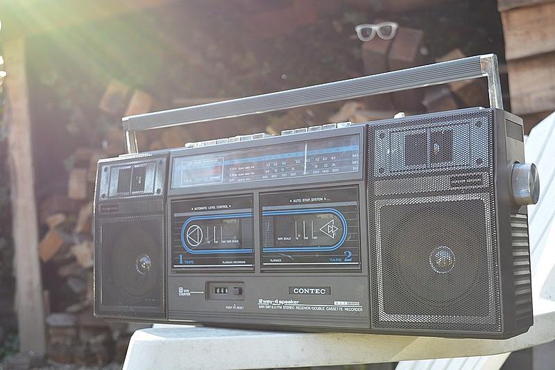 No Brasil existem cerca de 9.973 rádios nas áreas educativa e comercial, e 4.377 rádios comunitárias outorgadas