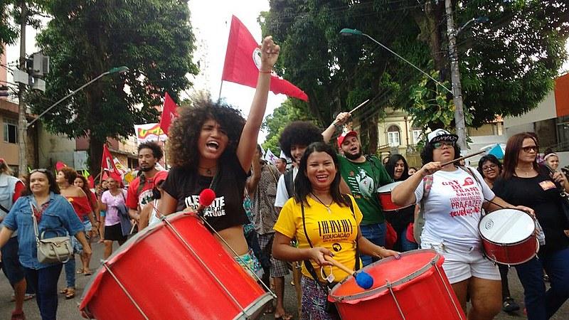Caminhada de movimento de mulheres, dirigentes sindicais, coletivos da juventude cidade direção ao mercado de São Brás, em Belém