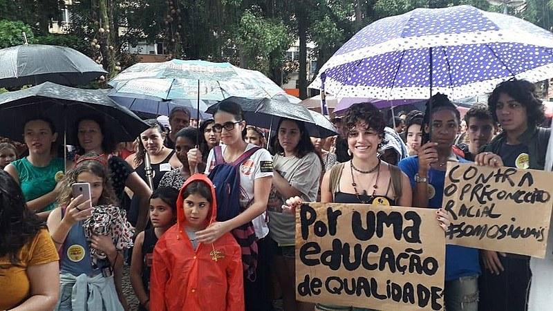 Manifestações de estudantes, pais e professores aconteceram em todos os estados nesta quarta (15)