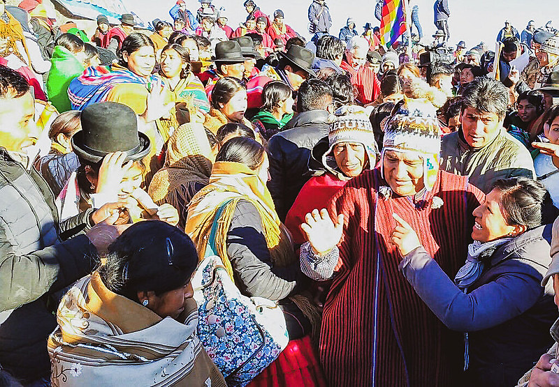 Evo Morales participa de cerimônia de oferenda à Pacha Mama, um ritual de agradecimento pela generosidade da Mãe Terra