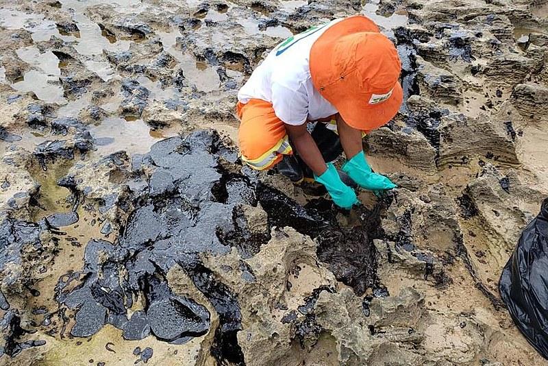 Relatório divulgado pelo IBAMA mostrou que 643 áreas do litoral brasileiro já foram atingidas pelas manchas óleo
