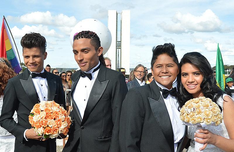 A equiparação entre companheiro e cônjuge, para termos de herança, abrange também as uniões estáveis de casais LGBTs
