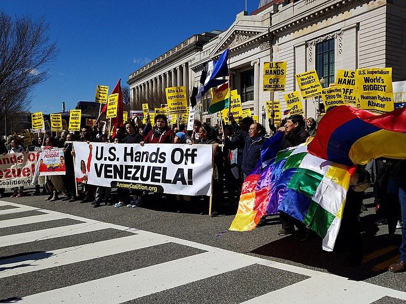 Com manifestações e vigília na embaixada venezuelana nos EUA, manifestantes defendem soberania da Venezuela