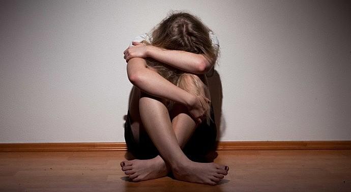 """""""Pra abrir as pernas e dar o rabo pra um cara tu tem maturidade, tu é autossuficiente, e pra assumir uma criança tu não tem?"""", disse o promotor à garota, que foi abusada pelo pai e conseguiu na Justiça o direito de fazer um aborto"""