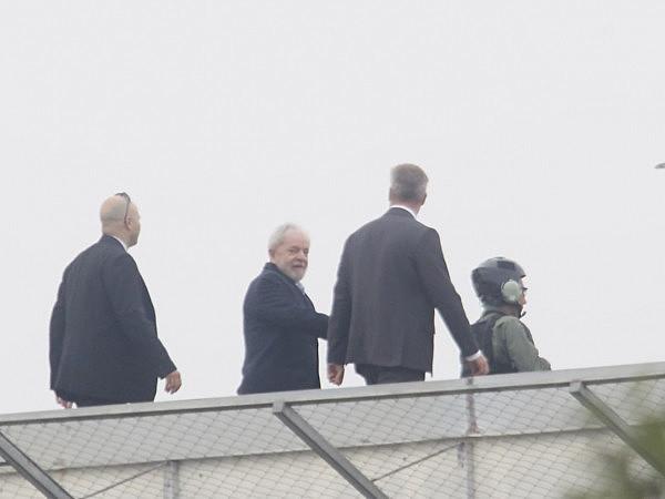 Ex-presidente deixando a sede da PF, em Curitiba.