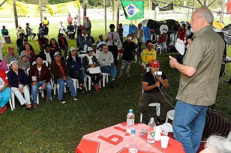 João Pedro Stédile (MST) fala para militantes do movimento durante ato em memória do massacre, em Brasília
