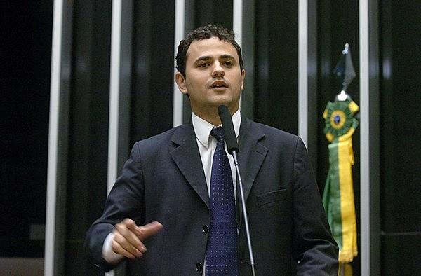 """""""Quando você coloca o representante do PSC como líder do governo na Câmera dos Deputados, que tem na sua bancada os dois Bolsonaros, é a demonstração clara da agenda que vai se colocar em prática de um governo [...]"""", afirma Glauber."""