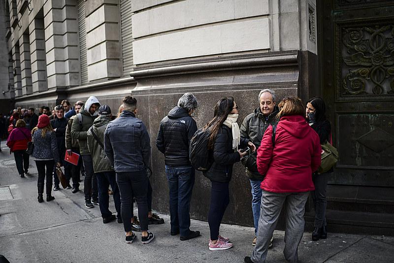 Agências bancárias na Argentina amanheceram com longas filas