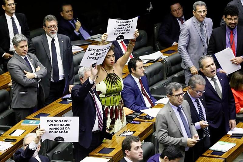 Deputados de oposição protestam com cartazes durante fala de ministro da Educação no plenário da Câmara