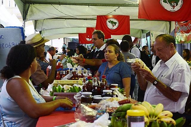 Visitantes, na 3ª Feira de Vitória da Reforma Agrária, compram, aprendem sobre agroecologia e trocam saberes entre campo e cidade