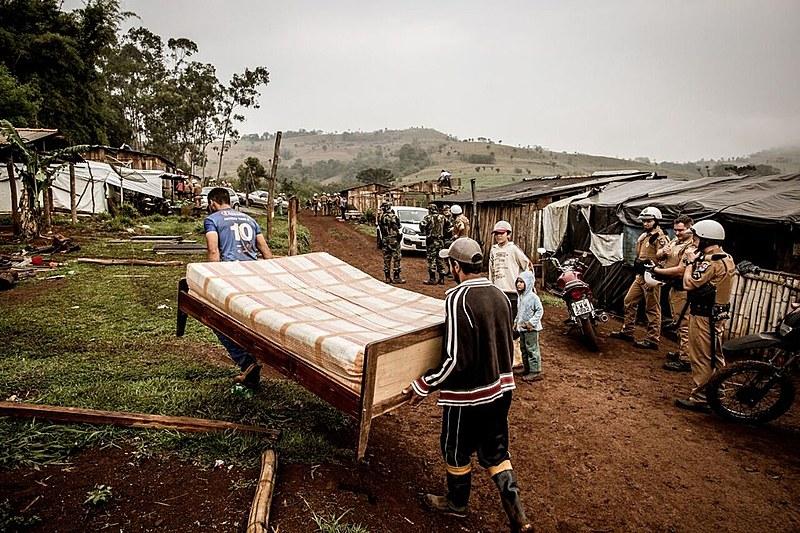 Desde maio, mais de 450 famílias ocupantes de comunidades no interior do Paraná foram despejadas