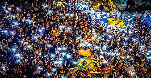 Free Lula Vigil gathers outside the Federal Police building in Curitiba calling for ex-president's release on Sunday