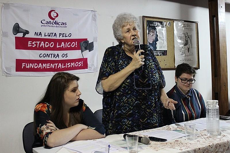 """A pesquisadora Regina Soares Jurkewicz durante lançamento do livro """"Teologias Fora do Armário: Teologia, gênero e diversidade sexual"""""""