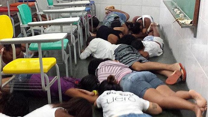 Estudantes e professores sofrem com rotina de violência da favela da Maré