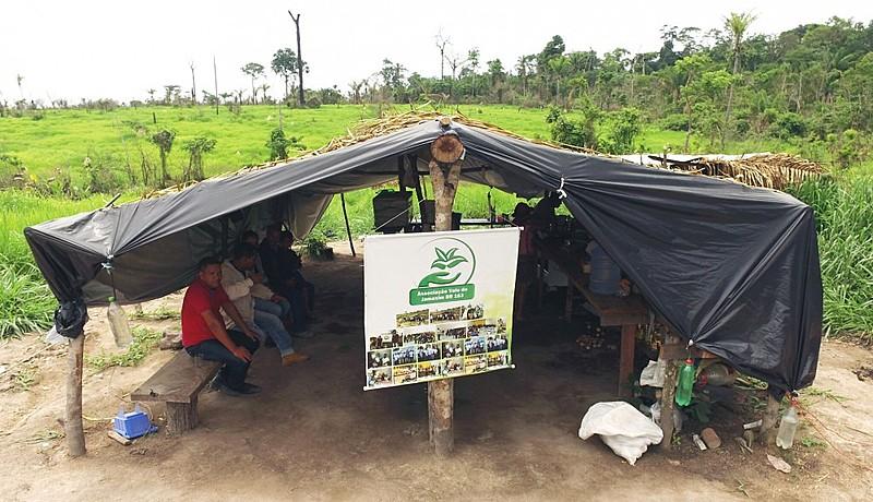 80 famílias, acampadas há quase um ano debaixo de lona preta, ainda tinham muita esperança de poder finalmente receber um pedaço de terra