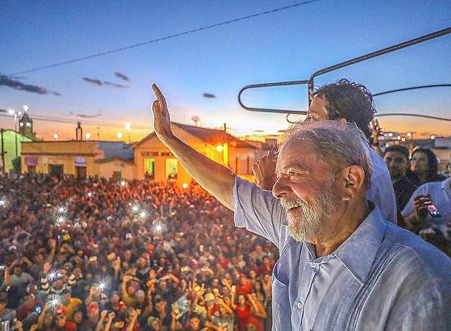 Según un sondeo realizado entre los días 18 y 20 de julio, Lula vencería las elecciones en todos los escenarios